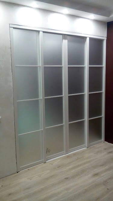 Белая раздвижная межкомнатная перегородка с матовым стеклом