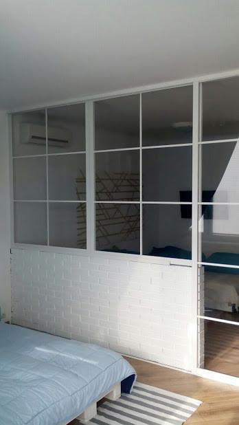 Перегородка белая с прозрачным стеклом. Зонирование комнаты