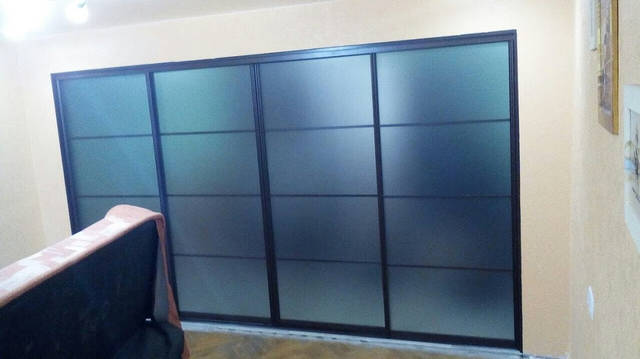 Черная межкомнатная перегородка с матовым стеклом -1