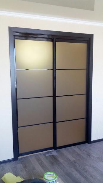 Черные раздвижные двери. Наполнение стекло сатин