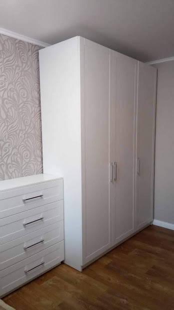 Классический белый распашной шкаф и комод