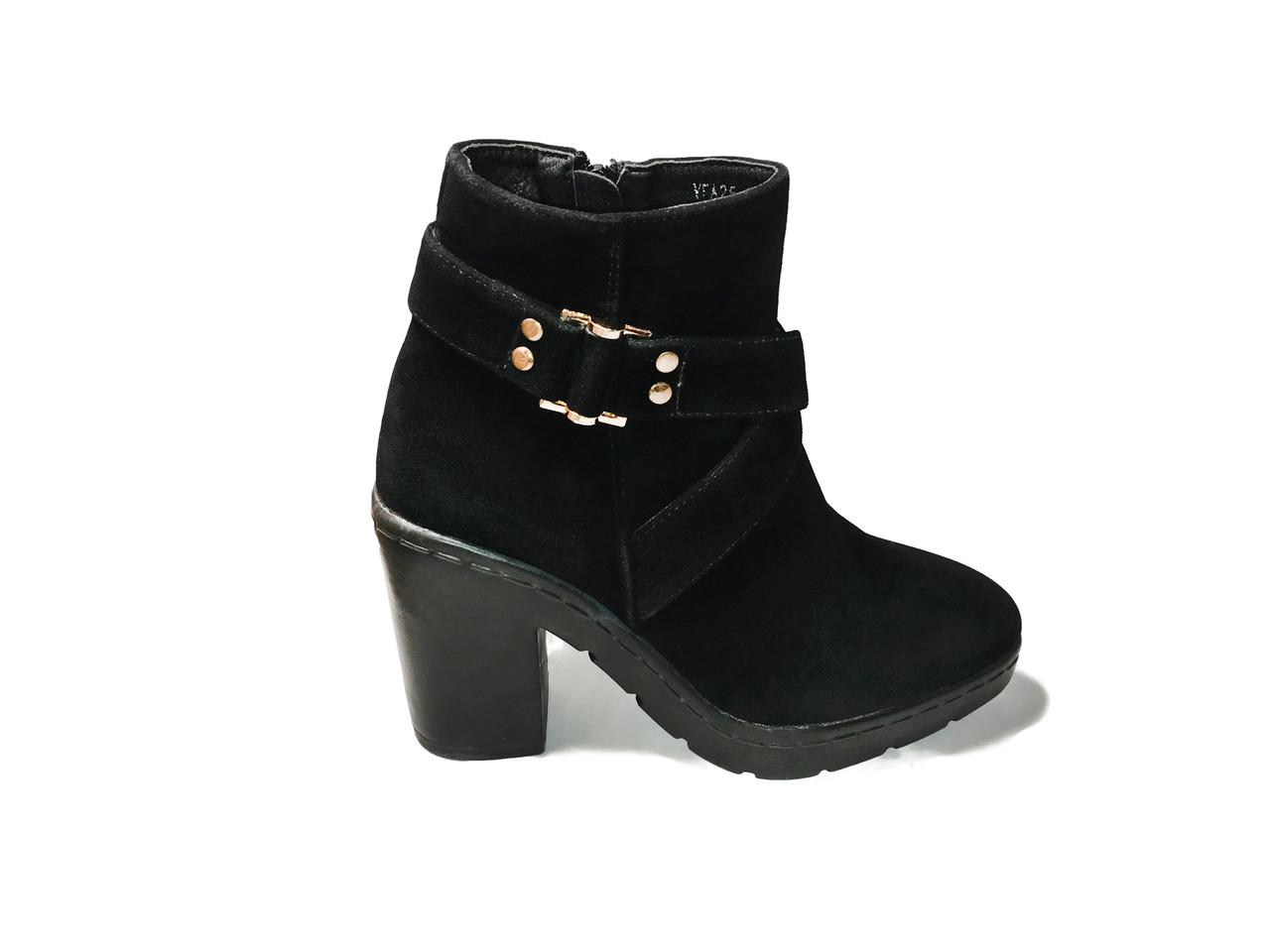 Стильные замшевые ботинки на каблуке
