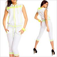 Летний спортивный костюм женский белого цвета, Модель оформлена желтыми вставками и втачными карманами