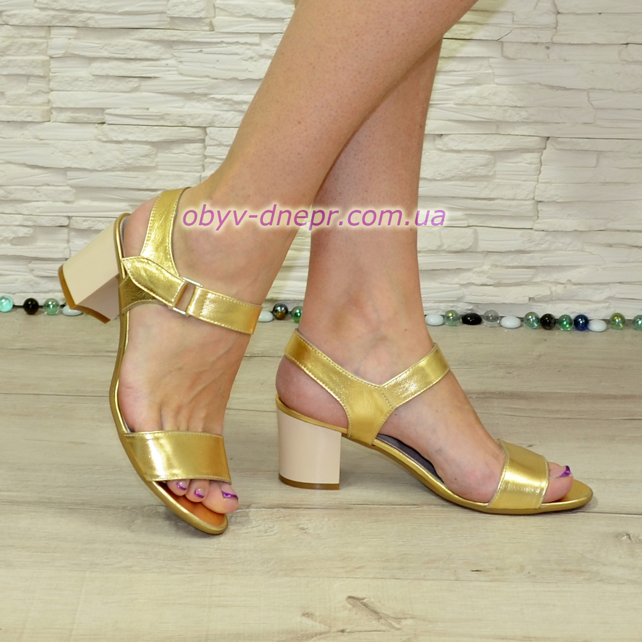 Женские кожаные босоножки на невысоком каблуке, цвет золото