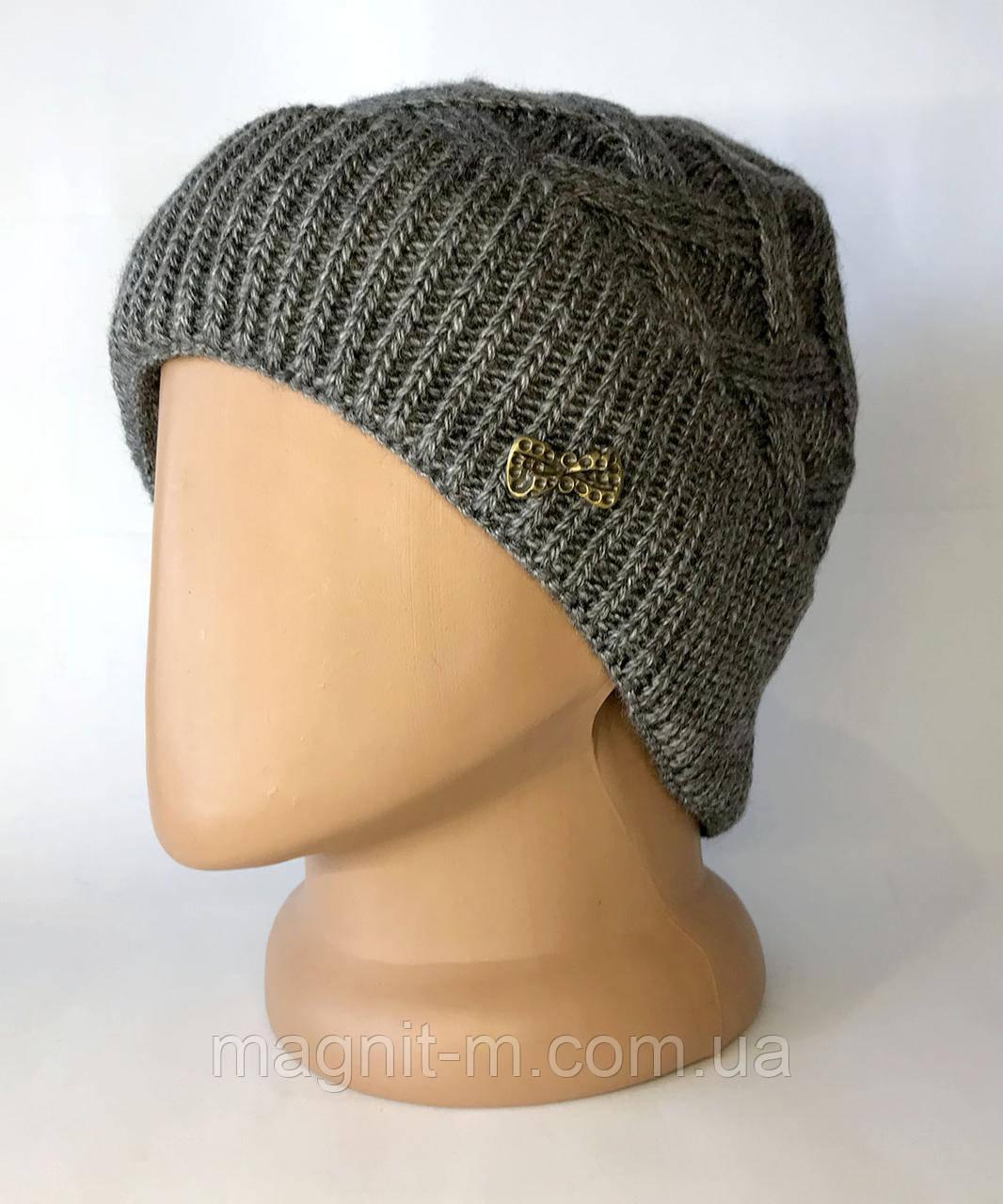 Жіноча шапка з відворотом. Візерунок косичка. Повністю на флісовій підкладці. Графіт