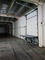 Секционные ворота для склада с разгрузочной платформой