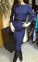 Платье футляр темно-синего цвета с кожаной полоской на талии и разрезом впереди