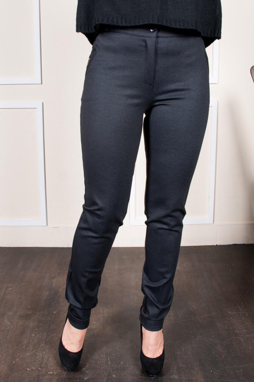 Женские брюки на манжетах из плотной зимней ткани темно-серого цвета