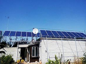 Надгаражная металлическая конструкция с солнечными модулями.