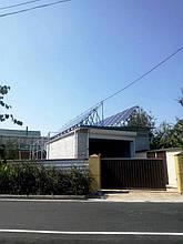 Два ряда солнечных модулей над гаражом.