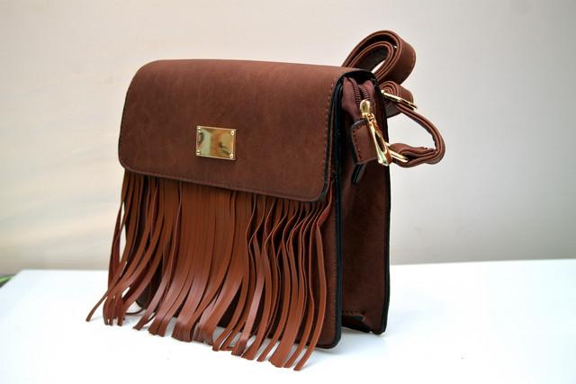 Фото женской модной стильной сумкой коричневая бахрома