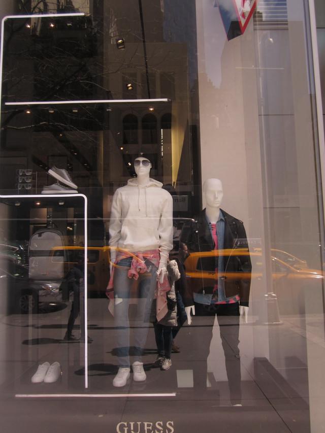 Раздел Женские спортивные костюмы - фото teens.ua - Нью-Йорк,витрина магазина Guess