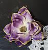 Цветок магнолии сиреневого цвета с золотым блеском