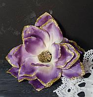 Цветок магнолии сиреневого цвета с золотым блеском, фото 1