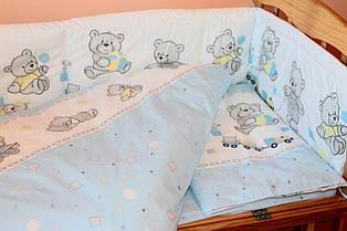 Защита (бампер) в детскую кроватку Мишка с игрушкой голубой