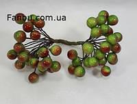 Искусственные  ягоды(блестящие) для декора зелено-красные (1 упаковка - 48-50 ягод)