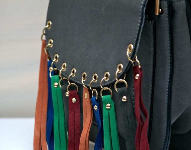 Фото женской модной стильной сумкой серая бахрома разноцветная