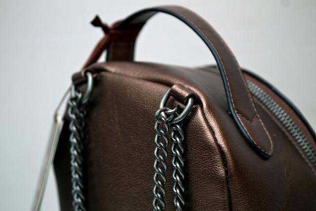 Фото молодежного подросток девочка модный стильный рюкзак бронза вид с верху