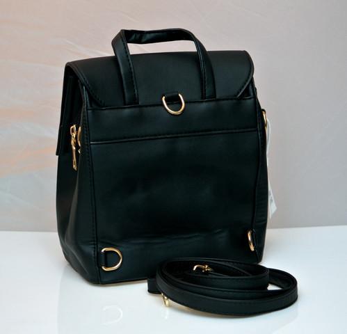 Фото молодежного подросток девочка модный стильный рюкзак черный пчела вид с боку