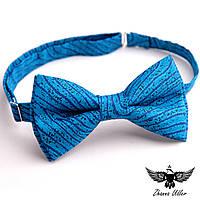 Синяя галстук-бабочка с абстракцией