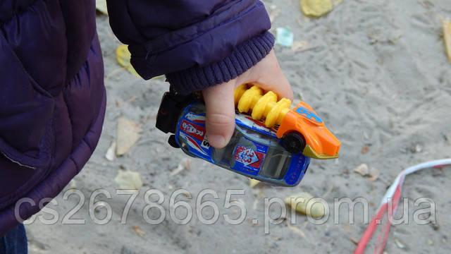 Машинки маленькие в руке ребенка картинка