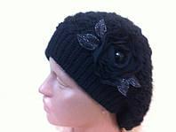Берет  ажурной  вязки  украшен цветочной композицией с камнями  черного цвета.