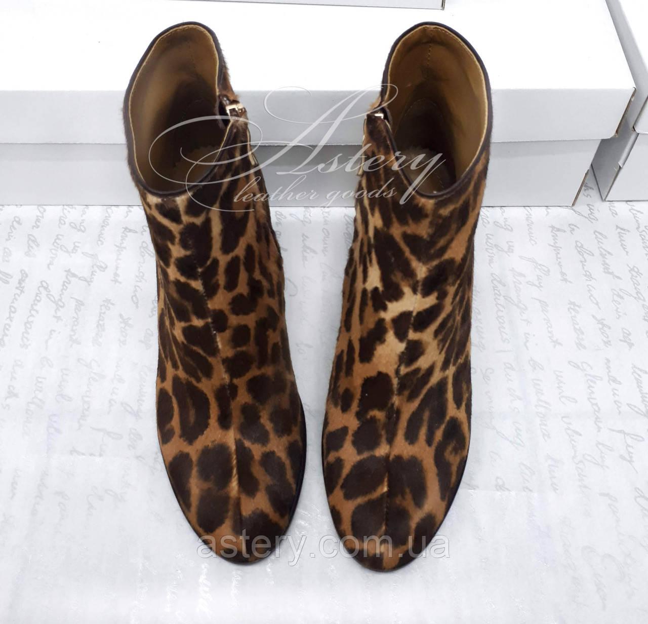Жіночі черевики з леопардовим принтом на круглому підборах із стриженого хутра поні