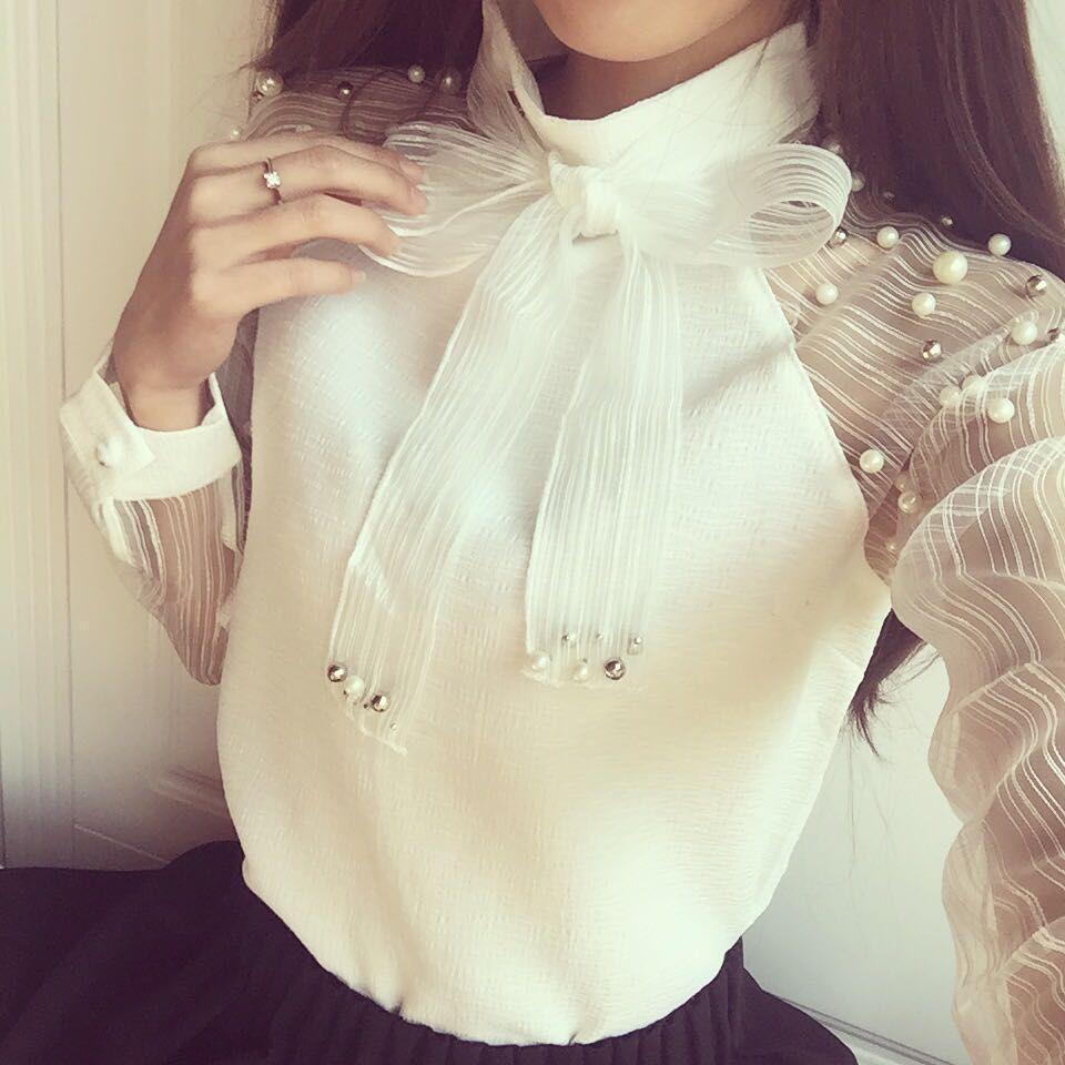 Красивая женская блуза с жемчугом