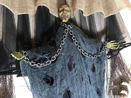Подвесная Баба-яга с цепями в сером со звуком и движущимися руками на Хэллоуин, фото 2