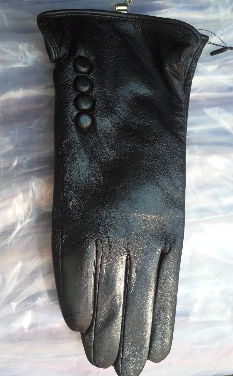 Перчатки из кожзама c пуговицами женские