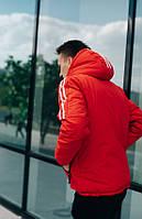 Красная мужская куртка с капюшоном.