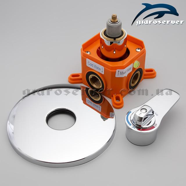 Термостатический смеситель для скрытого монтажа KVTB-03 с круглой формой ручки и декоративной накладки.