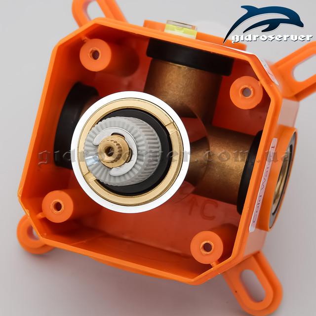 Термостатический смеситель для душа скрытого монтажа SVTB-01 с монтажной коробкой.
