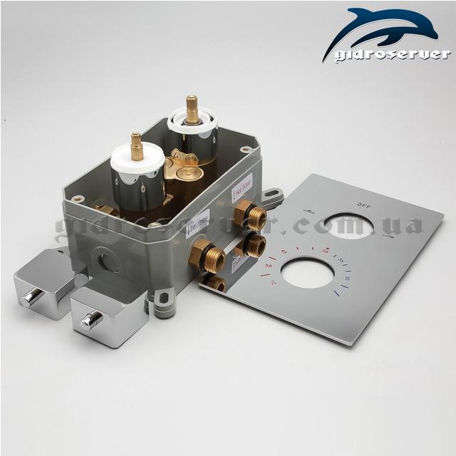 Встраиваемый термостатический смеситель KVTB-02 со стильным квадратным дизайном ручек и декоративной накладки.