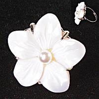 Кольцо без р-р крупный цветок белая бусина Перламутр резной