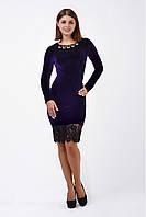Платье-футляр из фиолетового бархата с украшением и гипюром