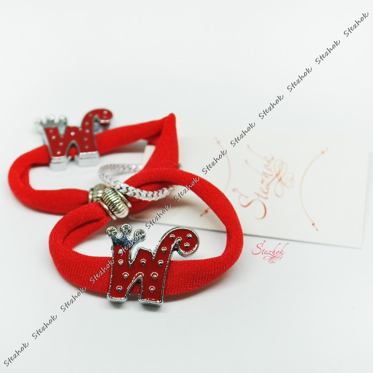 Резинка для волос с металлической бусиной в форме буквы готовое изделие