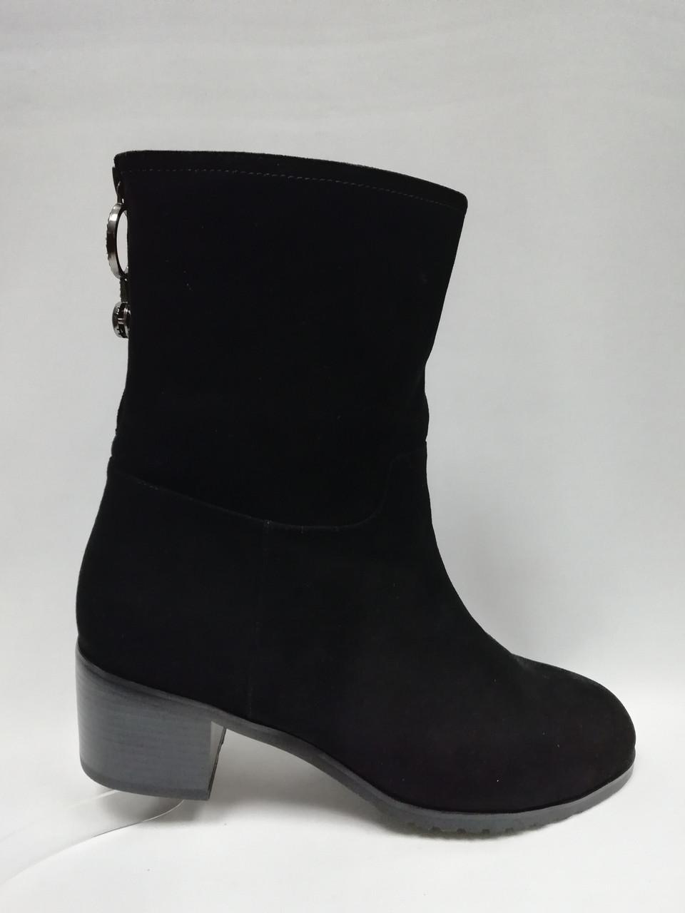 Чорні замшеві зимові чоботи на невисокому каблуці. Великі розміри.