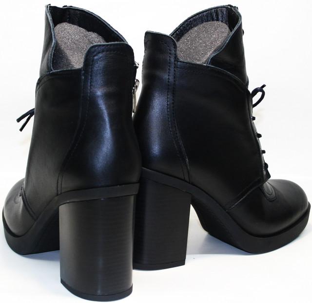 """Включают элементы """"модных"""" сапог и элегантных ботинок. Устойчивая колодка позаботится о ножках. Добавляют элегантности декоративная шнуровка и удлиненный язычок. С внутренней стороны расположили замочек для легкого снятия и надевания."""