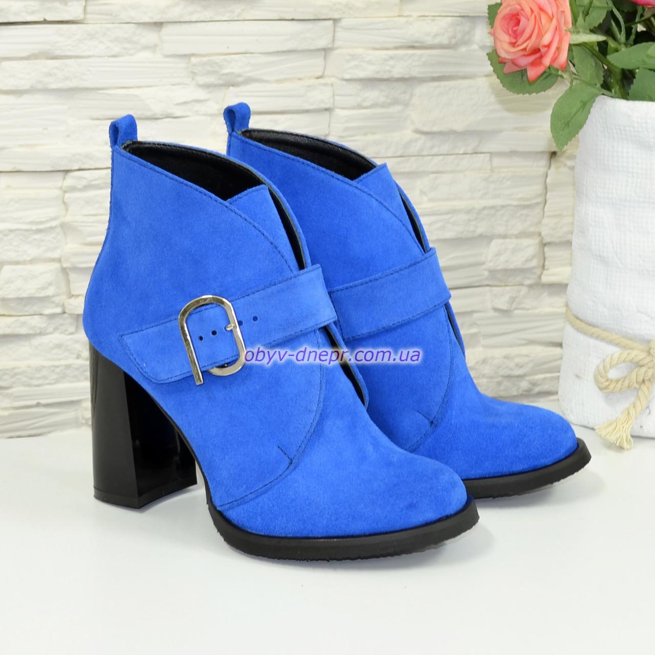 Ботинки замшевые зимние женские на устойчивом каблуке, цвет электрик