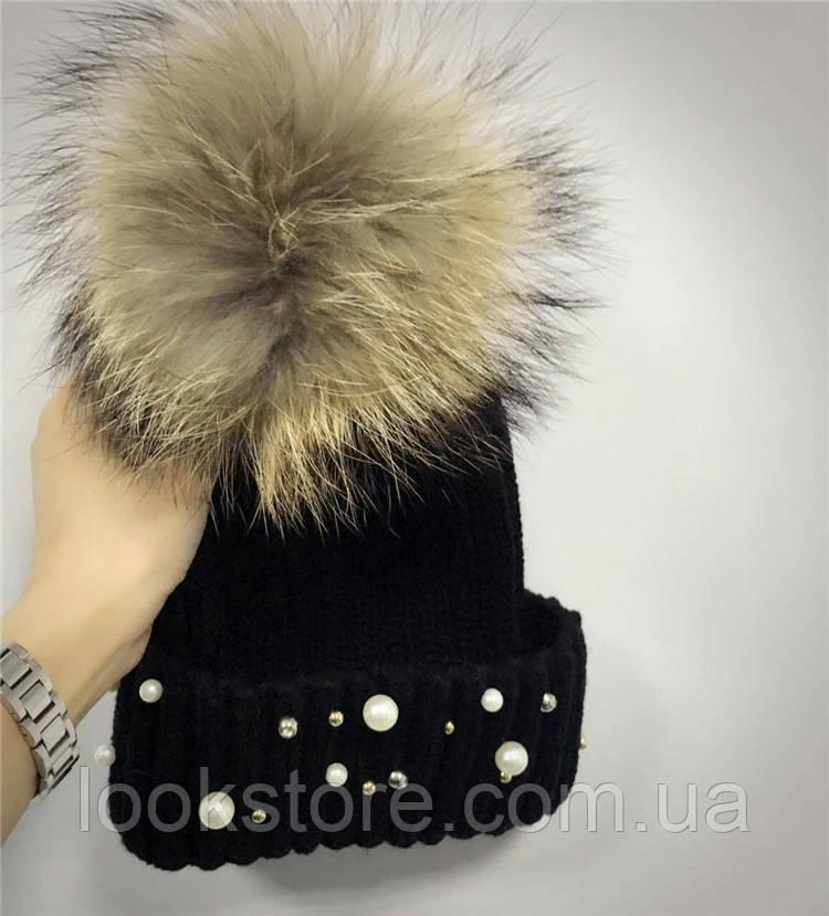Женская теплая вязаная шапка с меховым бубоном (помпоном) и бусинами черная