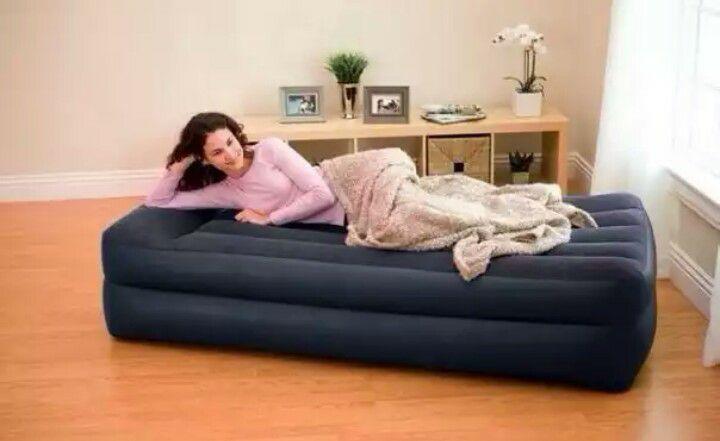 Надувная кровать со встроенным электронасосом
