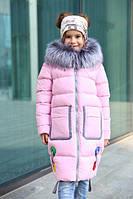 Детское зимнее пальто на девочку с яркими вставками в виде колец и лент.