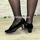 Жіночі замшеві туфлі на невисокому каблуці, декоровані шнурівкою, фото 2