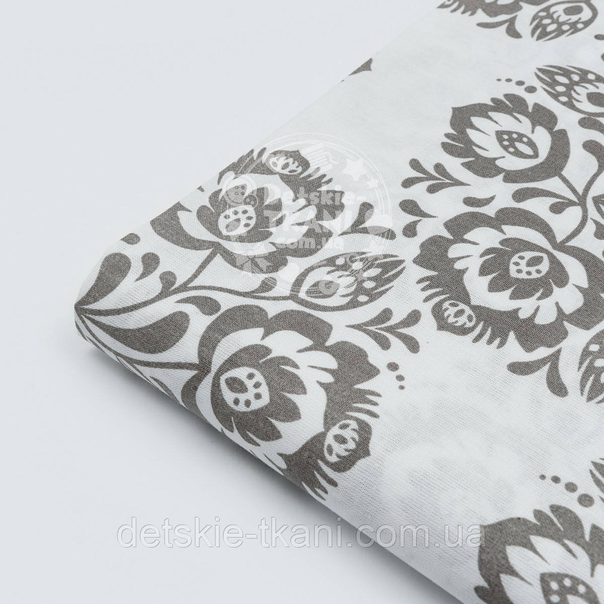 Лоскут ткани №262 бязь с серыми цветами на белом фоне