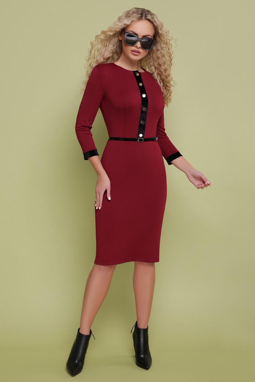 Стильное платье средней длины приталенное рукав три четверти пуговицы пояс бордовое