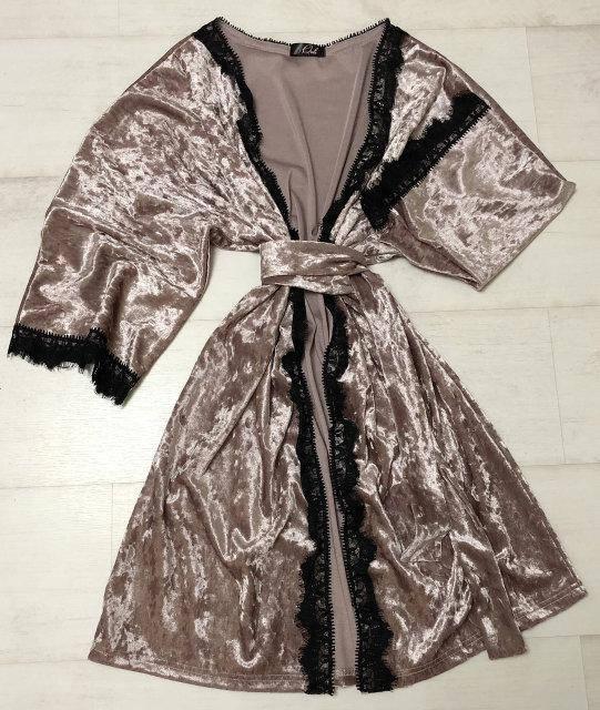 Велюровый халат с кружевом