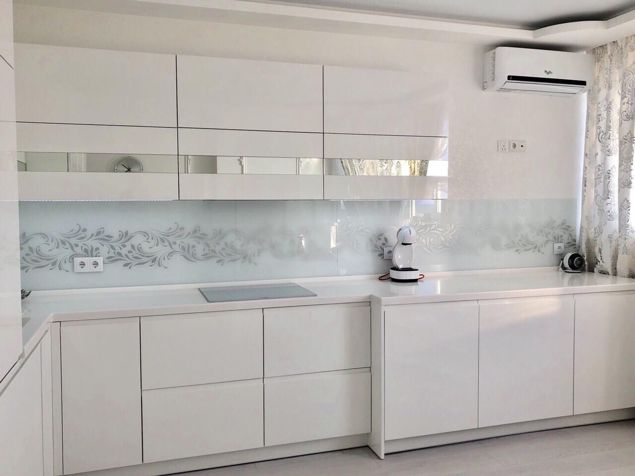 Кухня на заказ Тель-Авив белый глянец столешница акрил  BLUM-072