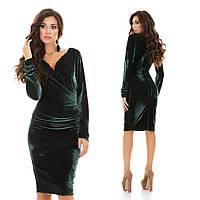 Притягательное вечернее платье из велюра с глубоким декольте
