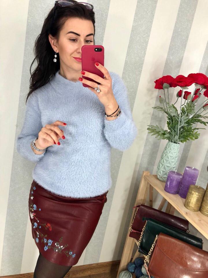 Нежно-голубой пушистый свитер